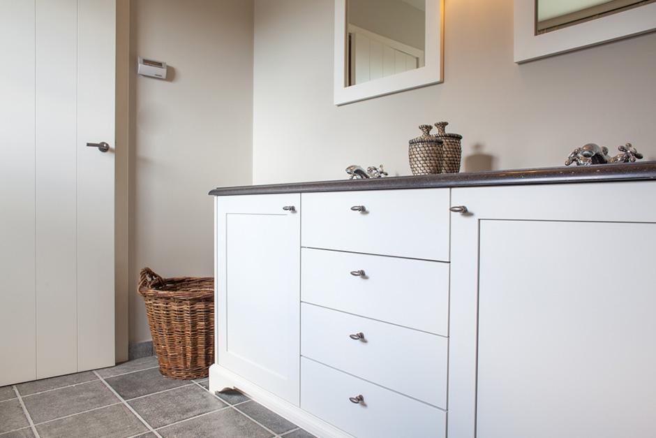 interieur lakwerk badkamer meubel / satin