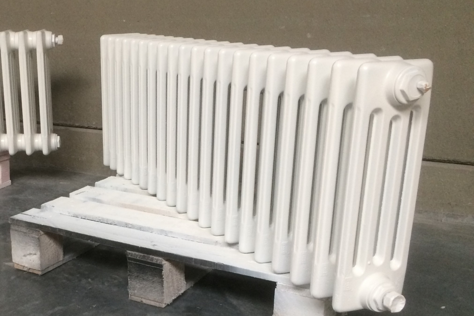 gietijzer radiator krijgt nieuw kleurtje