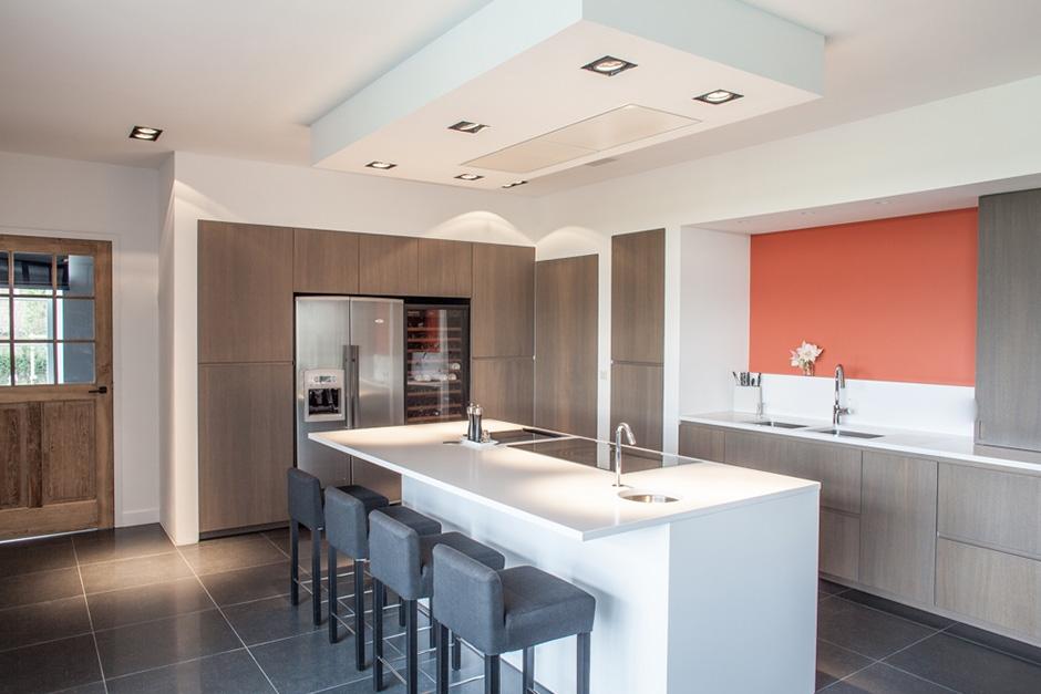 keuken met fineer die werd aangekleurd en vernist